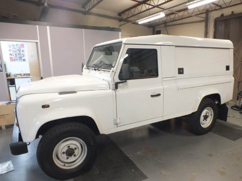 coffee-van-conversion-land-rover-defender-white-side-panel-closed